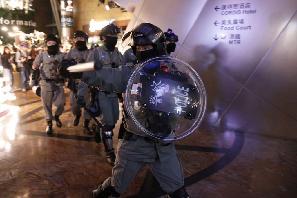 PROTES BERLARUTAN DI HONG KONG: Polis antirusuhan cuba menghalang penunjuk perasaan antipemerintah di sebuah pusat beli belah di Hong Kong. Bandar itu dilanda bantahan besar-besaran sejak April lalu. – Foto REUTERS