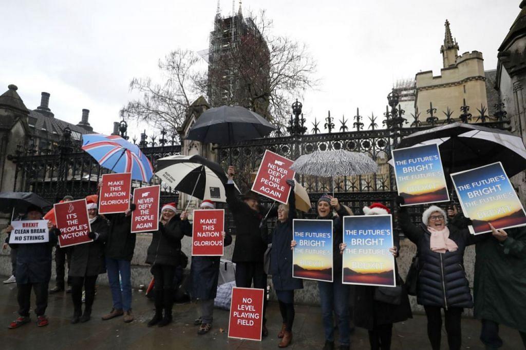 KELUAR ATAU KEKAL: Penyokong Brexit mengadakan demonstrasi di luar Parlimen di London pada 20 Disember, 2019. Isu Brexit atau perpisahan United Kingdom daripada Kesatuan Eropah merupakan isu yang terus memecah belahkan pendapat warga United Kingdom menyebabkan kerajaan sukar mencari huraian yang boleh diterima semua pihak. – Foto AP