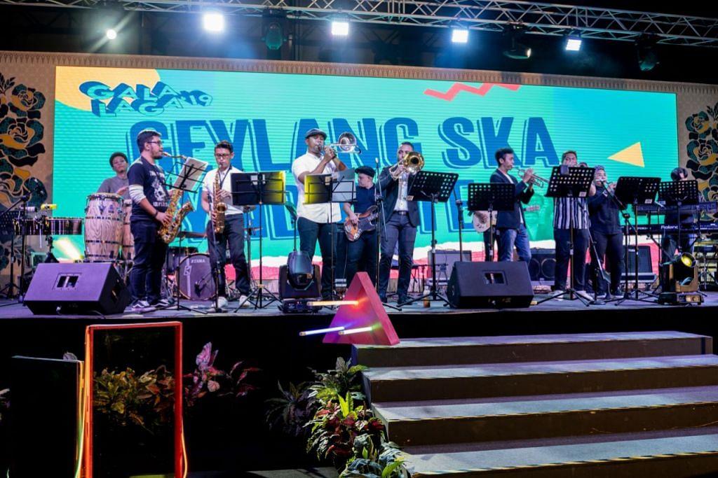 MEMERIAHKAN ACARA: Kumpulan Geylang Ska Syndicate memeriahkan acara dan menghiburkan pengunjung dengan lagu-lagu rancak semasa Gala Laga 2019.