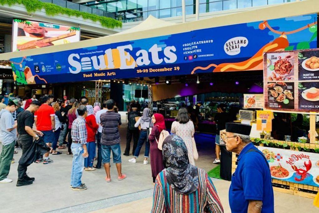 TERHIBUR DAN TAK KOSONG PERUT: Selain dihiburkan oleh para artis dan pemuzik, pengunjung berpeluang menikmati pelbagai makanan hipster – makanan yang menjadi kegemaran remaja sekarang – semasa acara Bazar Soul Eats Youth.