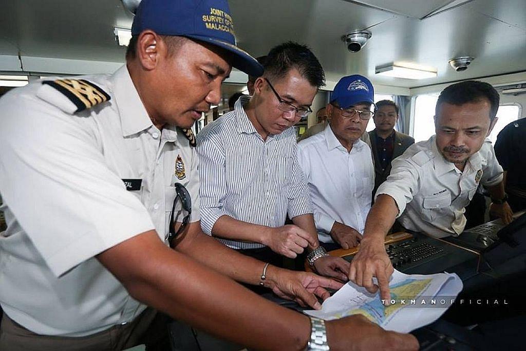 Menteri Besar Johor lawat kapal M'sia di perairan S'pura di Tuas