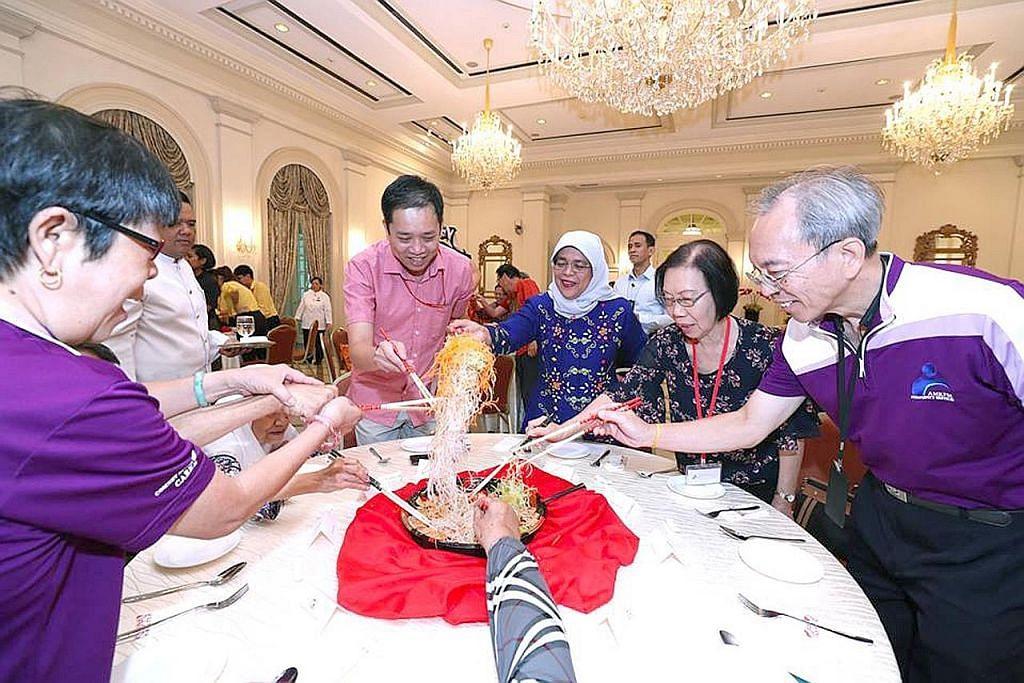 Presiden Halimah rai penerima bantuan sempena Tahun Baru Cina