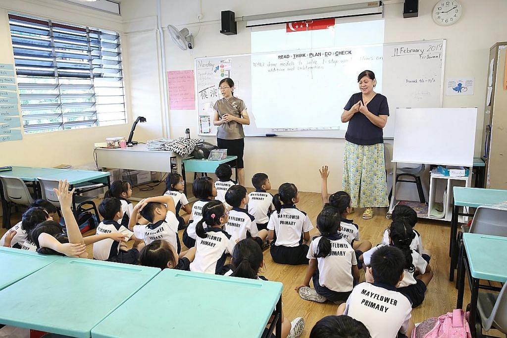 WARGA CONTOH: Encik Abdul Jalil Idros, seorang jurutera kanan dan pegawai teknikal Encik Emmy Effandy Mohamed Timyati di loji YTL PowerSeraya memantau proses penjanaan elektrik dari pusat kawalan di loji itu. Cik Barbara D'Cotta (kanan) pula antara 500,000 warga Singapura yang bakal meraih manfaat Pakej Generasi Perintis. Cik D'Cotta mula bekerja sebagi guru pendidikan khas pada usia 19 tahun dan merangkul ijazah sarjana muda tiga tahun lalu, pada usia 57 tahun. Kisah Encik Abdul Jalil dan Cik D'Cotta antara dua kisah warga Singapura yang dikongsi oleh Menteri Kewangan Encik Heng Swee Keat semasa menyampaikan Belanjawan 2019 kelmarin. - Foto YTL POWERSERAYA, MOF