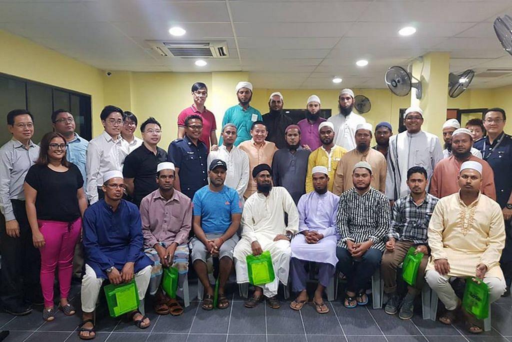 Berbincang dengan pekerja Bangla di asrama