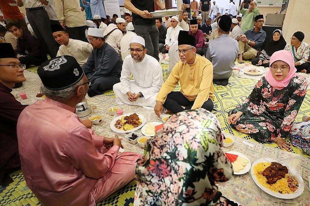 Presiden Halimah buka puasa bersama jemaah Masjid Hajjah Fatimah