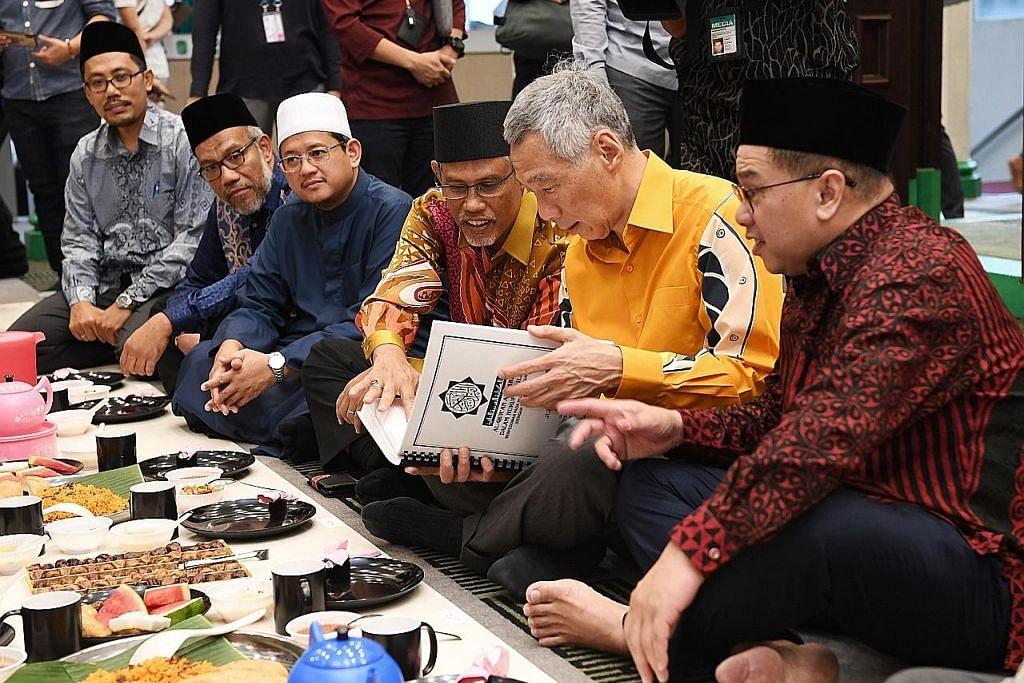PM Lee tinjau kemudahan pelajar buta di Masjid Alkaff Upper Serangoon