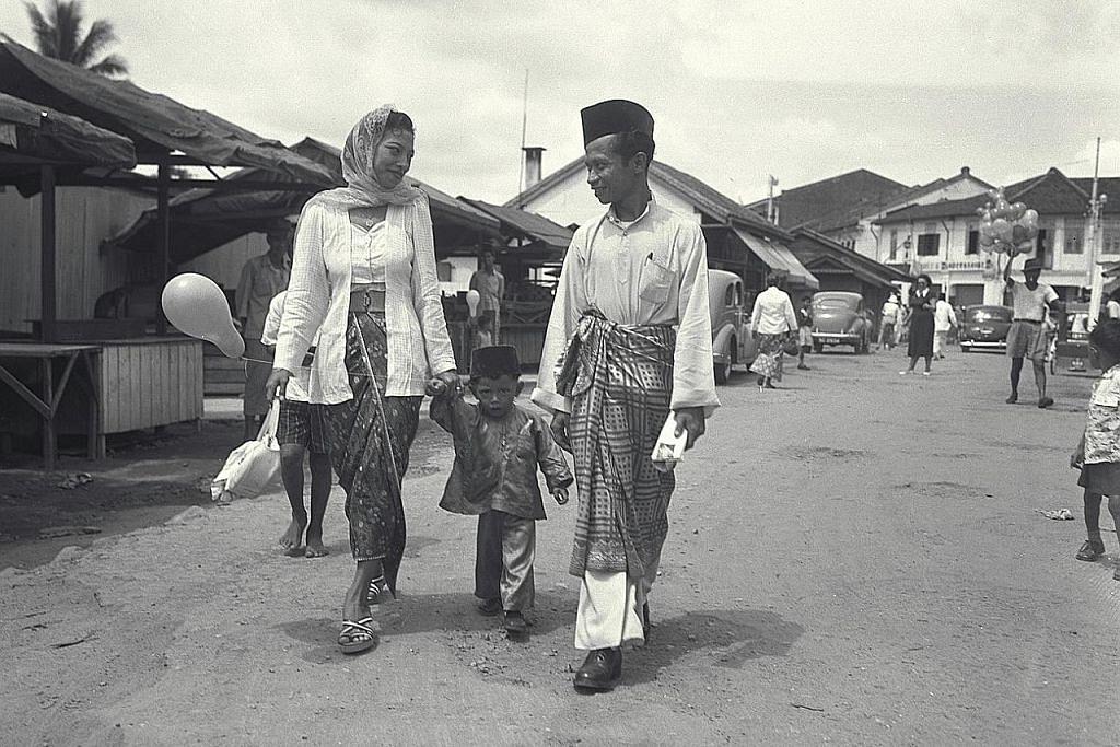 NOSTALGIA: Tahun 1950-an - AMBOI! SEHATI SEJIWA Sepanjang suami isteri dengan pakaian sedondong berwarna putih berjalan Raya dengan anak kecil mereka dalam foto yang dipetik di kawasan Geylang Serai pada 1952.
