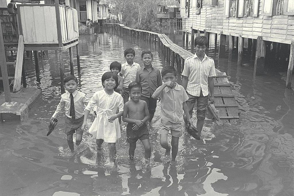 NOSTALGIA: Tahun 1970-an - BANJIR TAK HAMBAT SEMANGAT RAYA Sekumpulan kanak-kanak dari Kampung Sungai Mandai Kecil ini seronok bermain air semasa banjir melanda sambutan Raya pada 1971.