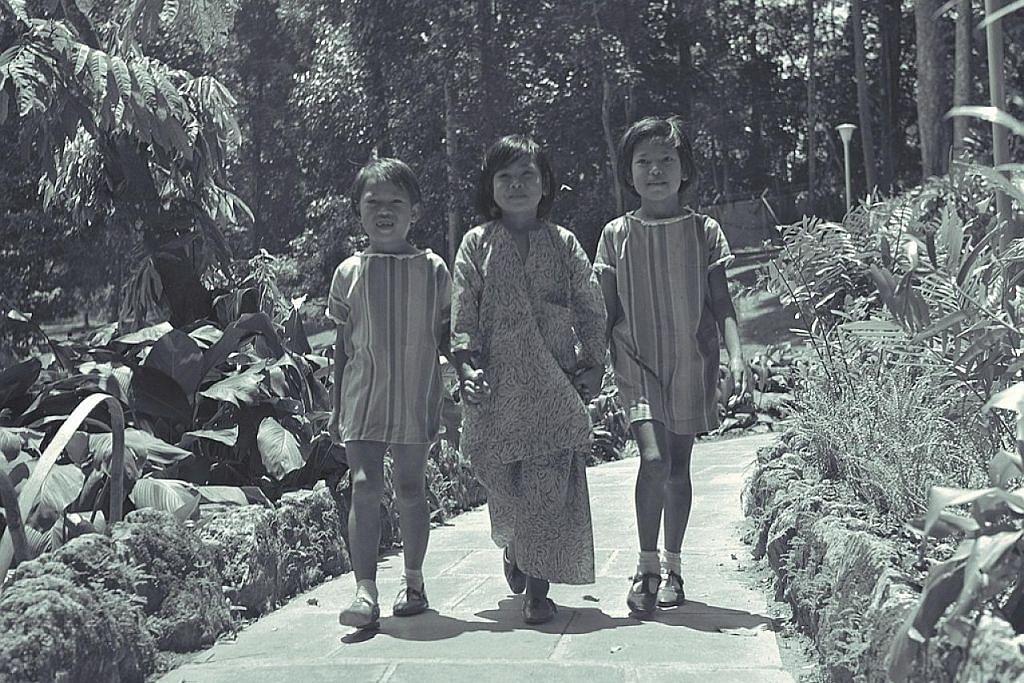 NOSTALGIA: Tahun 1970-an - BERGAYA DENGAN BAJU RAYA BARU! Tiga kanak-kanak perempuan ini memperagakan baru Raya baru masing-masing semasa menyambut Aidilfitri pada 1970.