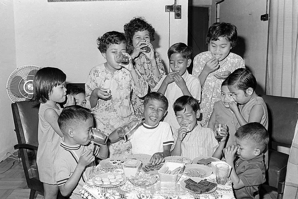 NOSTALGIA: Tahun 1970-an - GEMBIRANYA DAPAT MAKAN KUIH RAYA Kanak-kanak ini seronok minum oren dan makan pelbagai kuih-muih Raya dalam foto yang dipetik pada 1971.