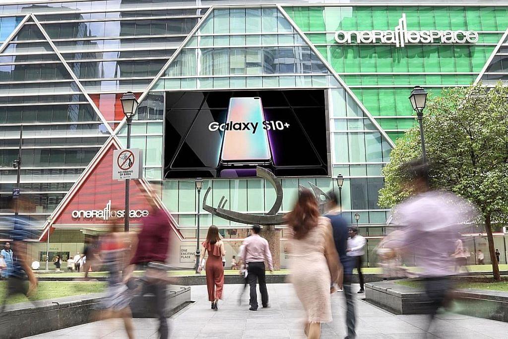 Firma iklan luaran SPH papar skrin LED di One Raffles Place