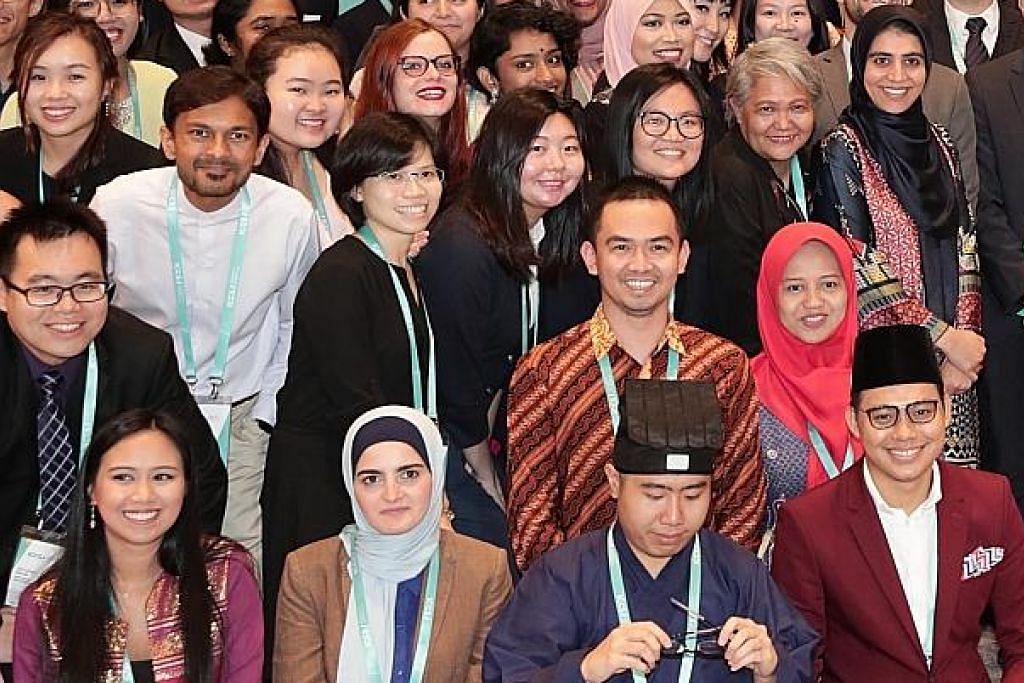 PEMIMPIN MASA DEPAN: Ini adalah antara peserta satu sesi perbincangan Program Pemimpin Muda yang diadakan sempena Persidangan Antarabangsa mengenai Masyarakat Bersatu Padu (ICCS) kelmarin. – Foto BH oleh KELVIN CHNG