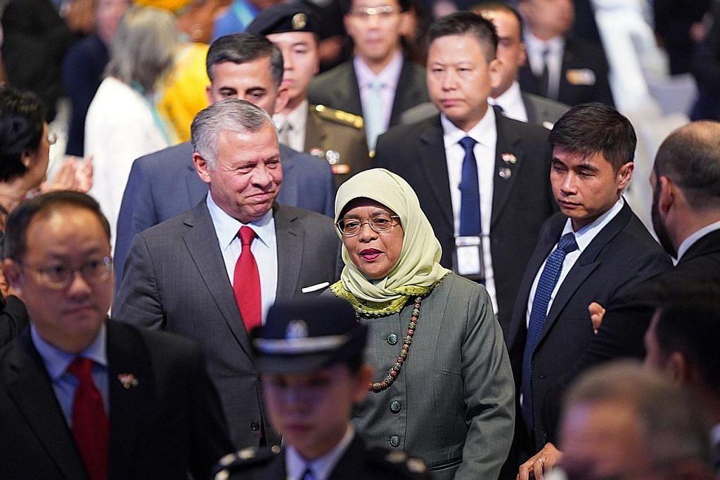 BERSAMA RAJA JORDAN: Raja Jordan, Raja Abdullah II, disambut Presiden Halimah Yacob apabila beliau tiba pada hari kedua ICCS untuk menyampaikan ucaptama. - Foto ICCS