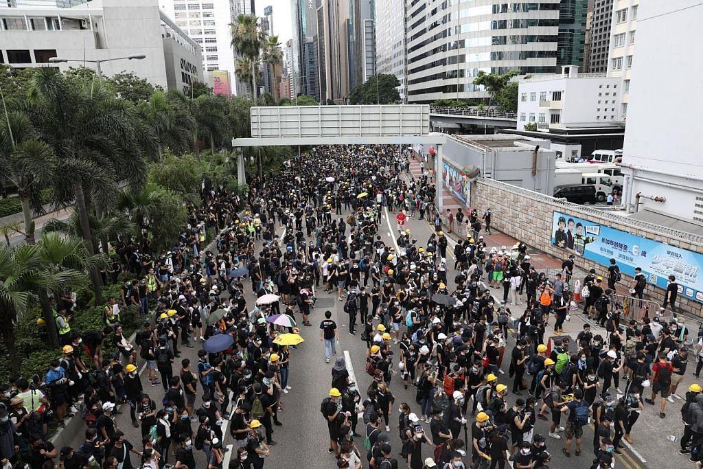 Penunjuk perasaan sekat ibu pejabat polis HK, mahu temu ketua polis