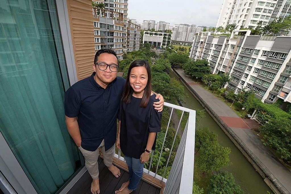 Pasangan muda gembira tinggal di lingkungan alam semula jadi