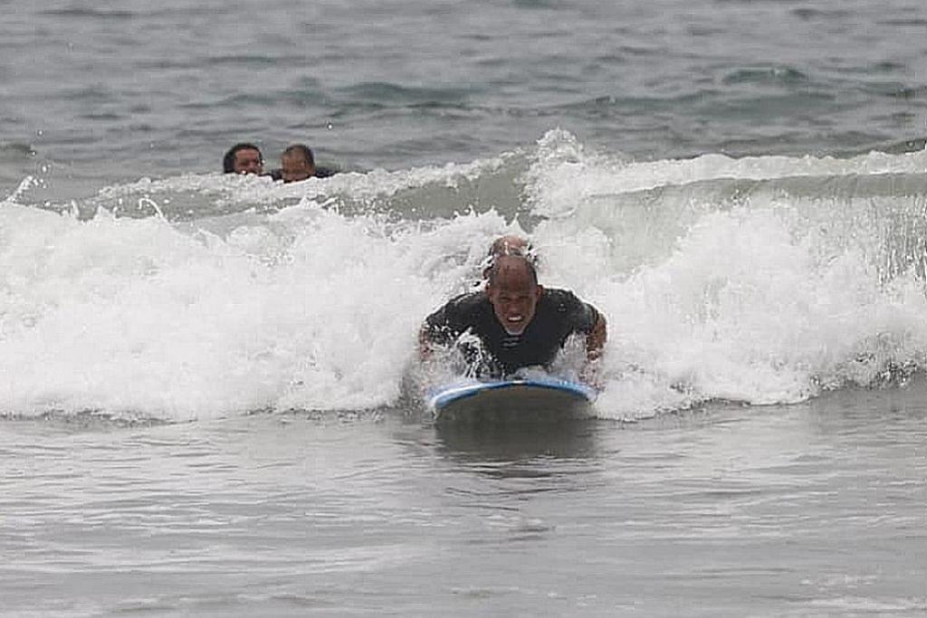 Luncur air di pantai Los Angeles...