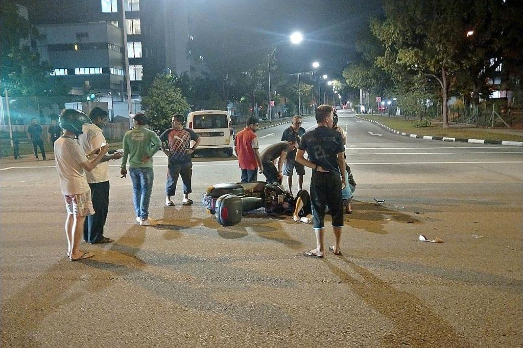 Sekumpulan pengguna PMD bantu penunggang motosikal dalam kemalangan