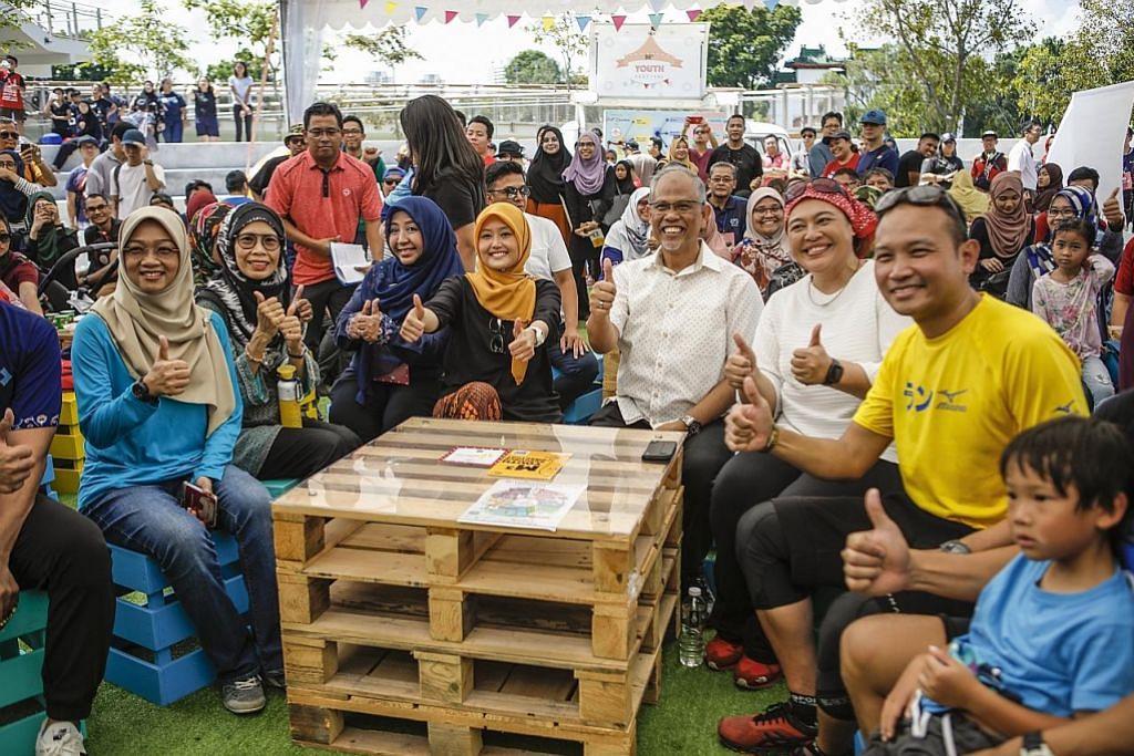 PESTA BELIA: Cik Rahayu Mahzam (tengah) dan Encik Masagos Zulkifli (kanan) di acara Pesta Belia dekat Taman Tasik Jurong pada 6 Julai lalu. - Foto BM oleh ZHANG XUAN