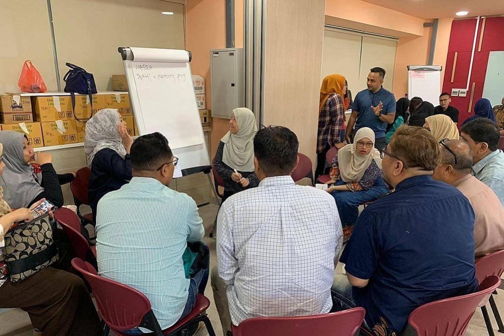 GABUNG MINDA: Mereka yang hadir berkumpul Ahad lalu di Kelab Masyarakat Tampines West untuk berbincang tentang program yang akan ditawarkan M³@Tampines. - Foto M³@TAMPINES