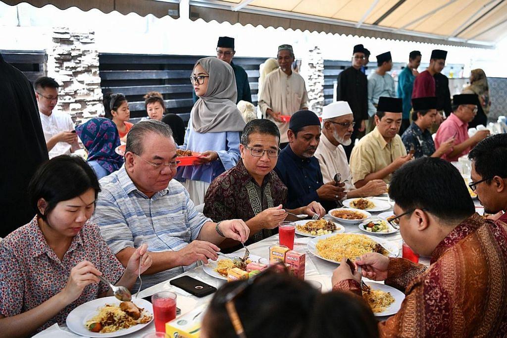 KEHARMONIAN AGAMA: Encik Tong (tiga dari kiri) hadir bagi majlis makan tengah hari yang diadakan Masjid Abdul Aleem Siddique Ahad lalu sempena Hari Keharmonian Agama. Beliau turut ditemani pengerusi Masjid Abdul Aleem Siddique, Ustaz K H Abdul Malike Maiden (sebelah kiri Encik Tong). - Foto BH oleh LIM YAOHUI