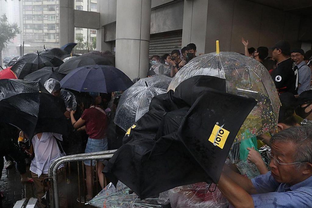Bantahan HK: Lebih ramai mungkin ditangkap lepas 44 dituduh merusuh