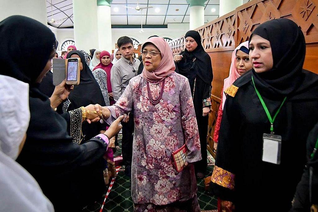Presiden Halimah sertai jemaah di Masjid Jamae Chulia