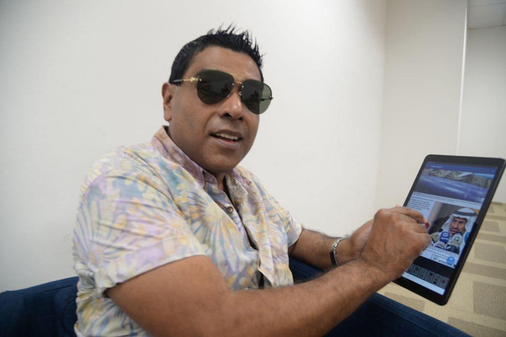 BERITA DI HUJUNG JARI: Pengacara 'podcast' #NoTapis, Encik Syah Ibrahim mencuba tablet Berita Harian yang baru dilancarkan baru-baru ini. – Foto BH oleh FAKHRURADZI ISMAIL