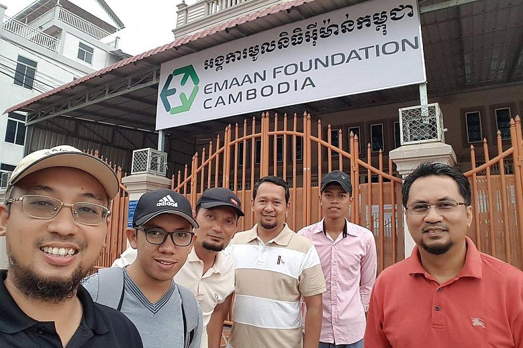 Jurutera bersatu tenaga bina sekolah di Kemboja