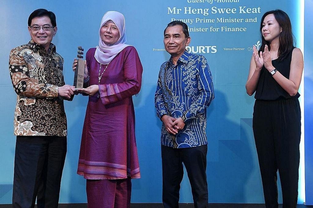 Anugerah Jauhari Harapan disampaikan COURTS Singapore