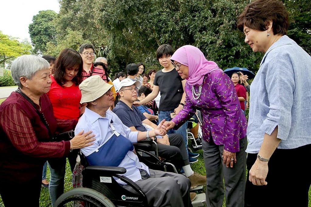 Presiden Halimah rai pesakit strok, penjaga mereka di Istana