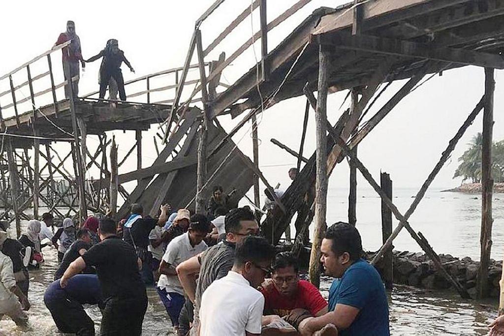 Kakitangan Mendaki sedang bergambar bila jambatan roboh