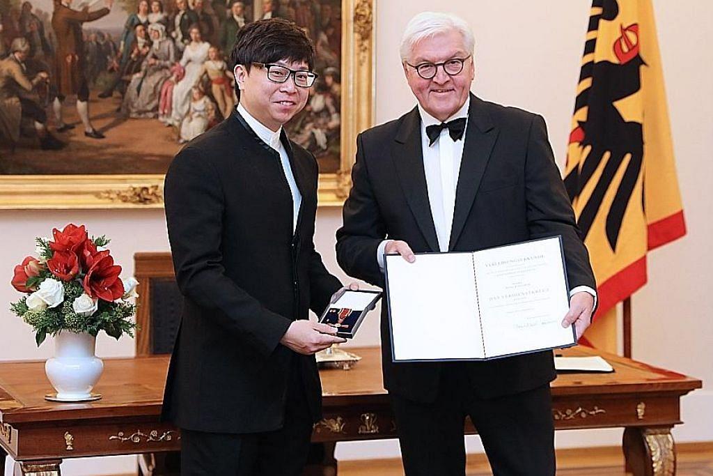 Konduktor terkemuka S'pura terima penghargaan dari Jerman