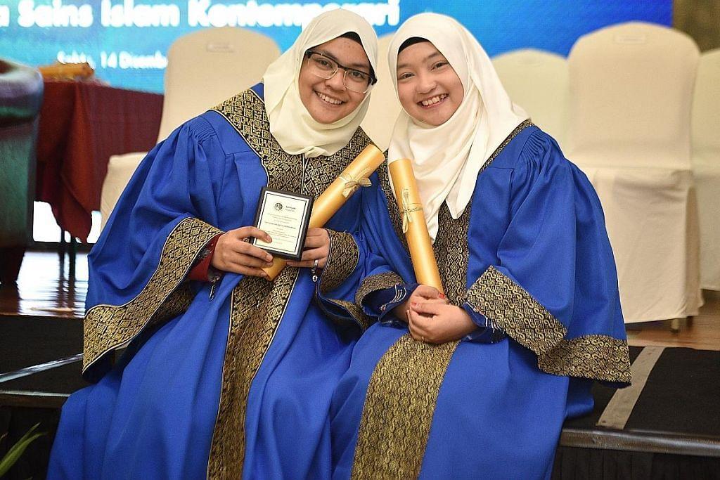 Adik-beradik saling bersaing untuk genggam diploma syariah