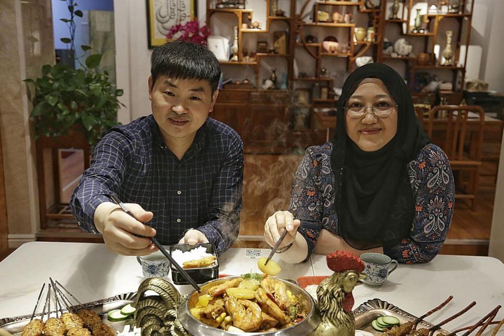 PELBAGAIKAN SAJIAN: Selain mi buatan tangan dengan sup herba asli, pemilik Yi Zun Noodle, Cik Aisyah Tan Xiu Zhi (gambar kiri), berkata mereka kini menawarkan pelbagai sajian lain di restorannya dan membuka restoran hotpot halal – Jin Shang Yi Pin Buffet Hot Pot – di Simei tahun lalu. Bersama beliau ialah rakan niaganya, Encik Li Xin Yi. – Foto BM oleh AZMI ATHNI