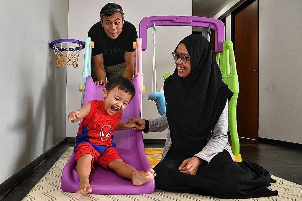 INGIN KEMBALI BEKERJA: Selepas lebih dua tahun tidak bekerja untuk menjaga anaknya, Aminin Mohammad Riduan, Cik Siti Sufia Yusri kini boleh kembali bekerja dan menyertai program Wanita Kembali Bekerja (BWW) Mendaki Sense untuk mempertingkat kemahirannya. Bersamanya ialah suami, Encik Mohammad Riduan Khamis. - Foto BH oleh CHONG JUN LIANG