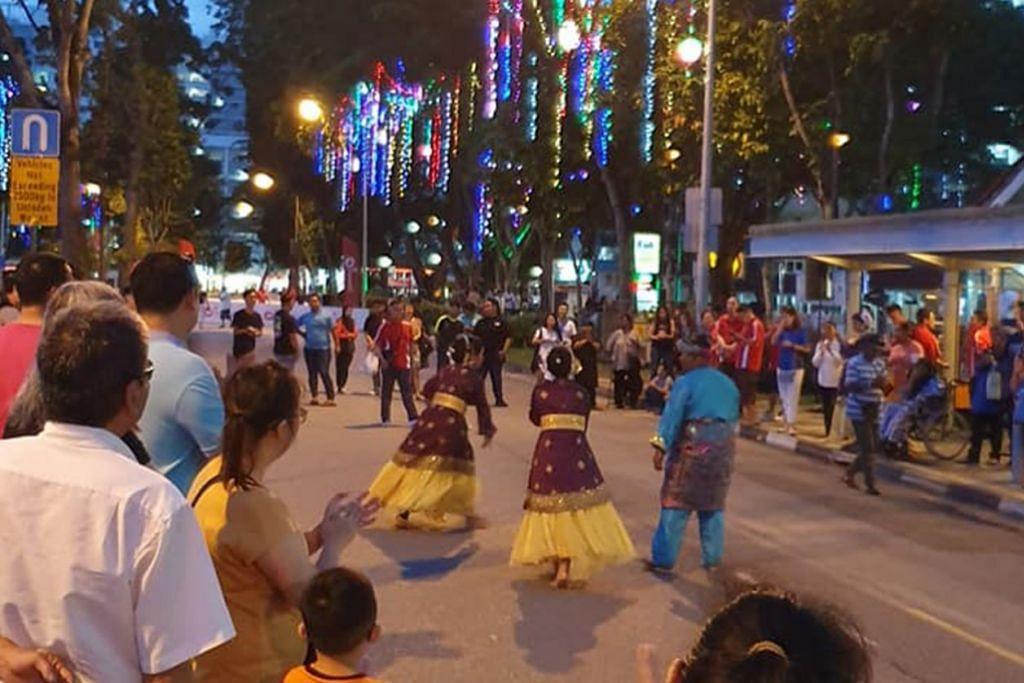 BOON LAY:  RAI BUDAYA - Penduduk Boon Lay antara lain dihiburkan persembahan tarian Melayu sempena menyambut tahun baru 2020. – Foto FACEBOOK OUR BOON LAY