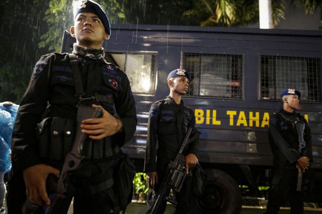 KAWALAN KETAT DI INDONESIA: KAWALAN KETAT - Pegawai polis Indonesia berdiri mengawal acara sambutan tahun baru di Hotel Indonesia yang terletak di Jakarta. – Foto EPA-EFE