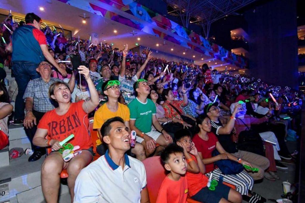 OUR TAMPINES HUB: TERUJA - Penduduk yang menghadiri sambutan tahun baru di Our Tampines Hub teruja melihat pertunjukan bunga api berwarna-warni. – Foto OUR TAMPINES HUB