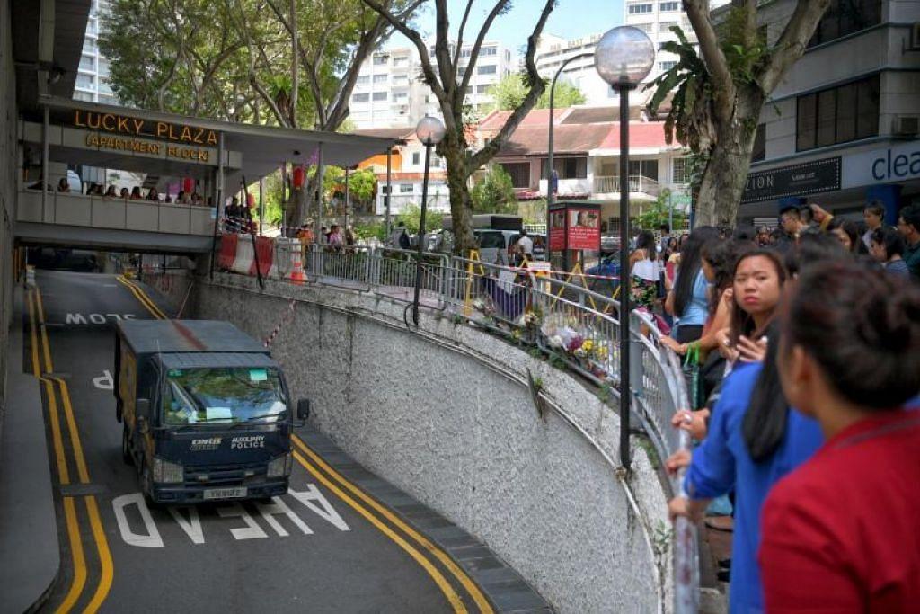 PERINGATI MANGSA DI TEMPAT KEJADIAN: Ramai pekerja domestik Filipina memperingati mangsa nahas Lucky Plaza di tempat kejadian. -Foto: ARIFFIN JAMAR.