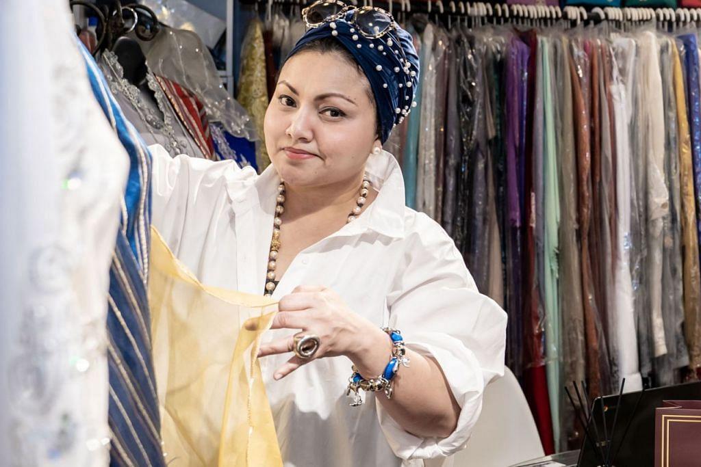 SAHUT CABARAN: Cik Haseena Abbas, 48 tahun, pemilik bersama Gihan's Closet di Tanjong Katong Complex. Keluarganya telah menjalankan perniagaan pakaian ini sejak 1995 dan perniagaan tersebut tetap rancak sehingga kini. - Foto BH oleh NUR DIYANA TAHA