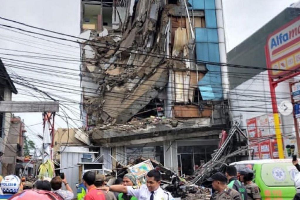 BANGUNAN DI JAKARTA ROBOH: Pekerja penyelamat berusaha mengeluarkan mangsa yang terperangkap dalam bangunan itu. Foto: INSTAGRAM/@JKTINFO