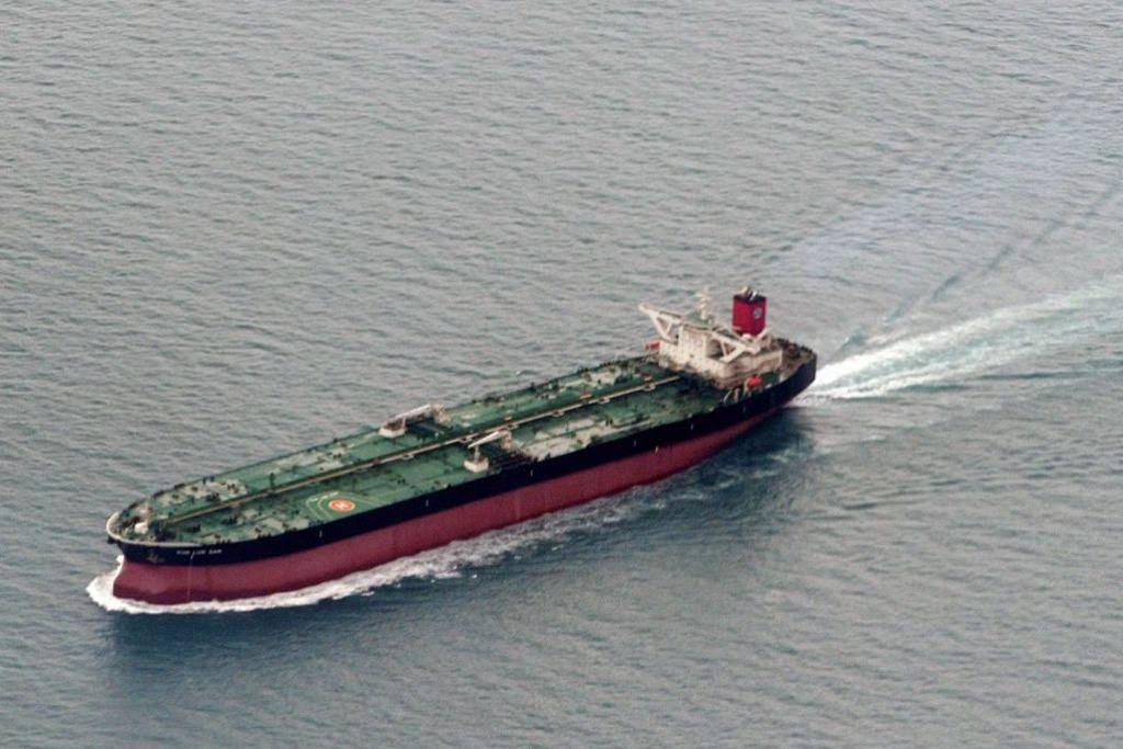 LALUAN KAPAL PENTING: Sebuah kapal tangki sedang melalui Laut China Selatan yang merupakan laluan perkapalan penting dunia. – Foto fail