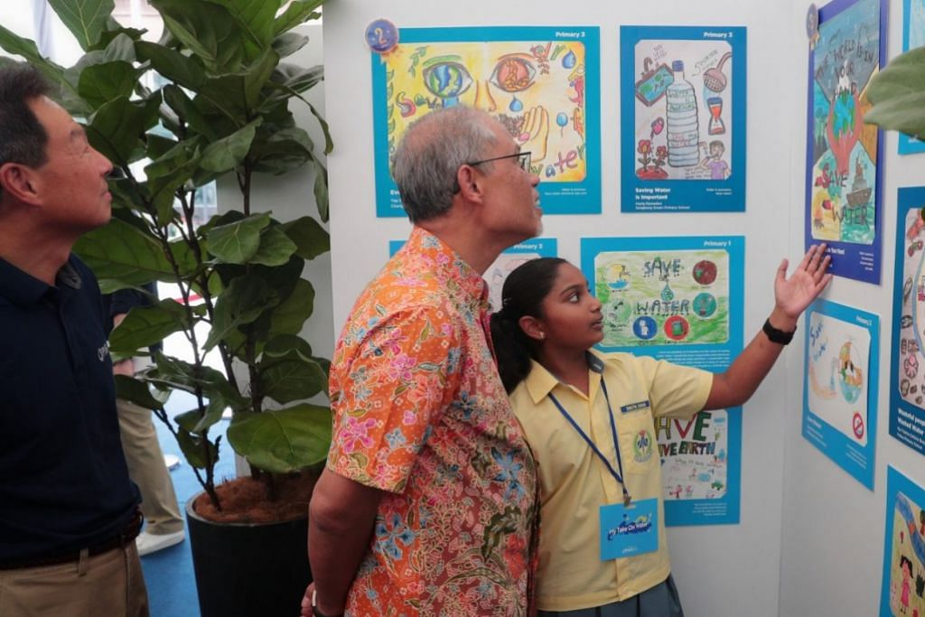 HARUS JIMAT GUNA AIR: Encik Masagos Zulkifli bersama pelajar Sekolah Rendah Changkat, Shruthi Suresh yang menyertai pameran menghargai sumber air setempat. – Foto BM oleh JASON QUAH