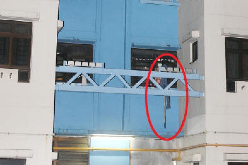 Galah yang terjuntai dipercayai daripada tingkat empat, unit dari mana wanita itu jatuh ketika membawa masuk jemurannya. FOTO: SHIN MIN DAILY NEWS