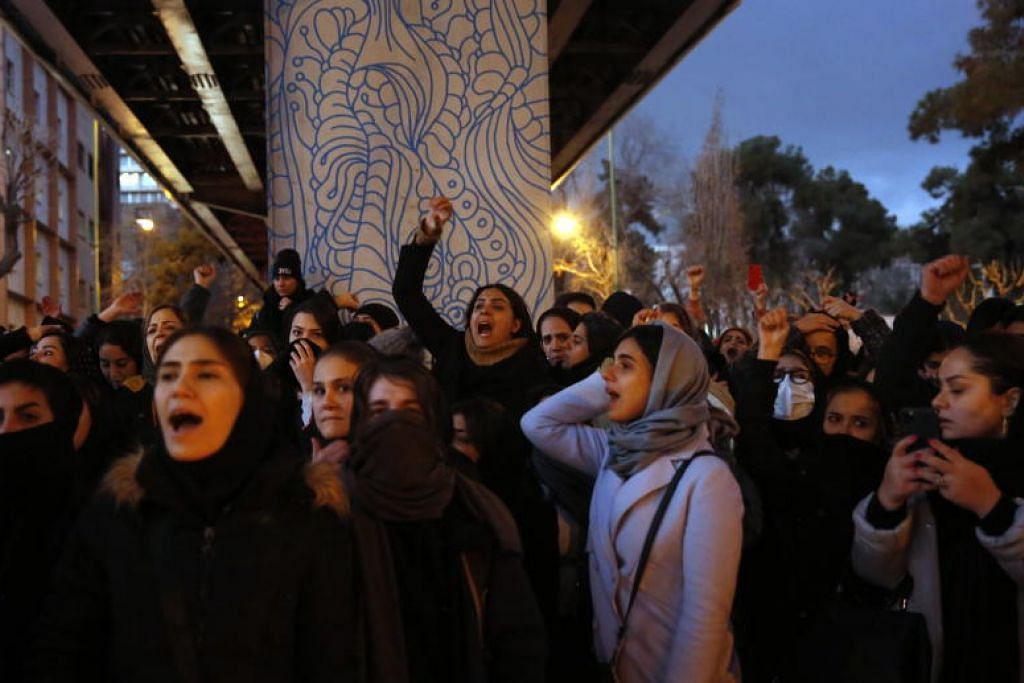Warga Iran menyertai protes untuk menunjukkan simpati mereka kepada mangsa-mangsa nahas pesawat Ukraine International Airlines di depan Universiti Amir Kabir di Teheran pada 11 Januari 2020. FOTO: EPA