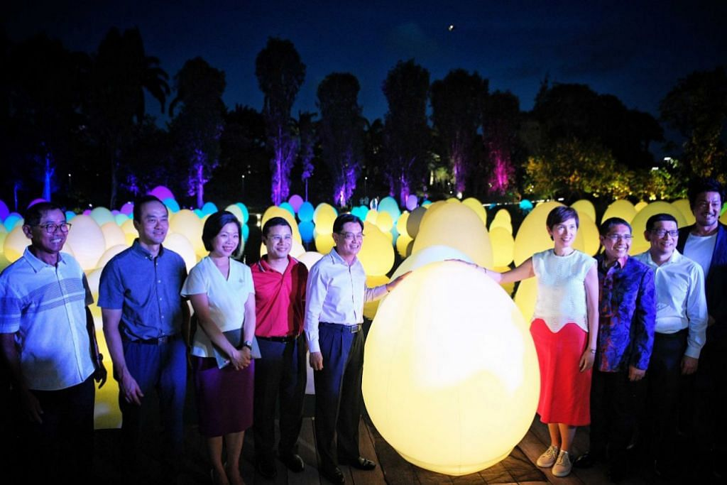 PENUTUP BICENTENNIAL: Timbalan Perdana Menteri, Encik Heng Swee Keat (lima dari kiri), menghadiri pelancaran pameran #futuretogether di Taman di Persisiran semalam. - Foto BH oleh MARK CHEONG