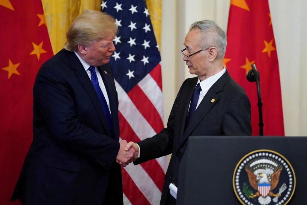 Presiden Trump bersalaman dengan Timbalan Perdana Menteri China Liu He selepas majlis menandatangani perjanjian di Washington.