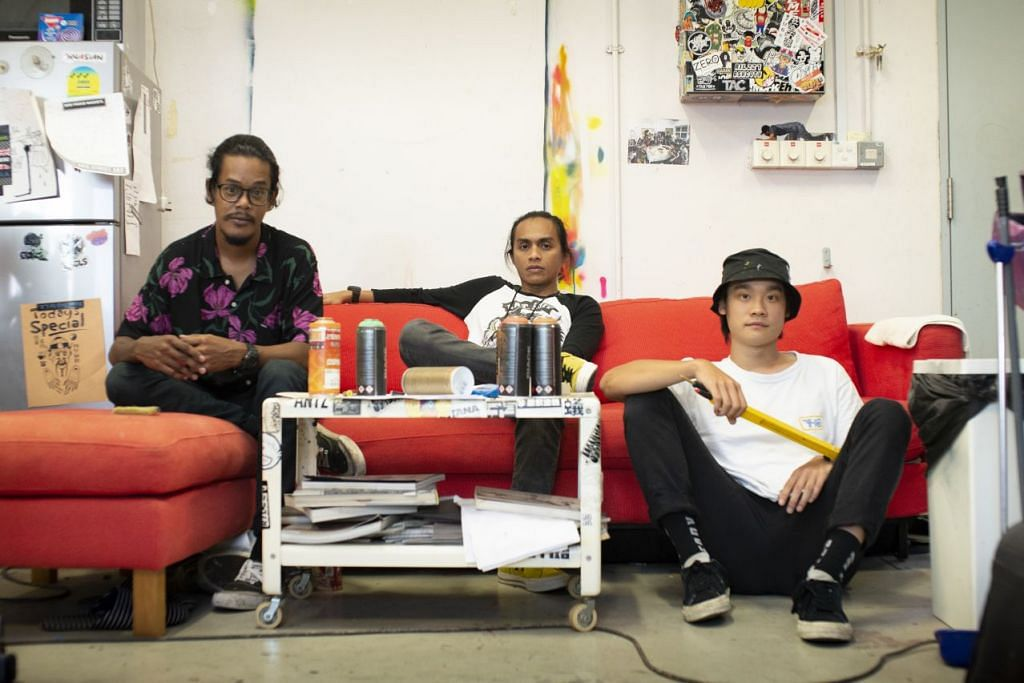 MENDALAMI SENI JALANAN: Dari kiri: Penggiat seni jalanan kumpulan rumah seni RSCLS, Taufiq Rosle, Zulkarnaen Othman dan SONG akan memimpini lawatan Kampong Glam untuk memupuk kesedaran mengenai seni jalanan dan grafitti.
