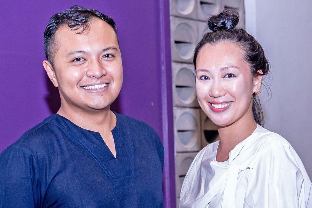 FAHAMI JIWA MELAYU: Grace Lee-Khoo diperkenalkan dengan kumpulan bekas penari Melayu, Mak-Mak Menari oleh sahabatnya, Muhammad Noramin Mohamed Farid (kiri). - Foto BM oleh NUR DIYANA TAHA
