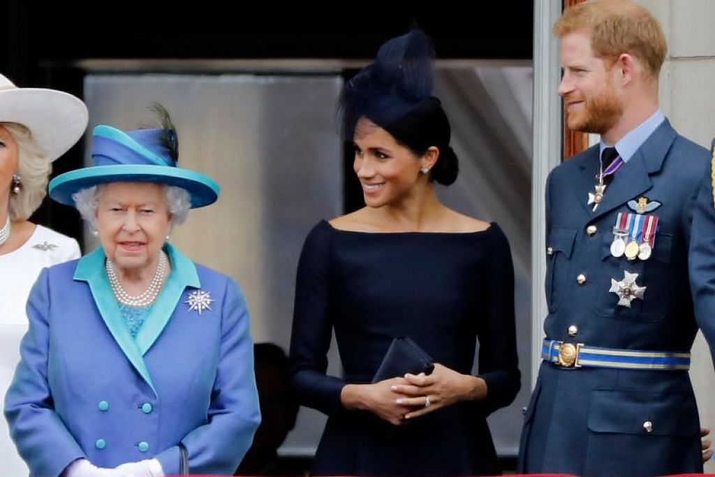 Putera Harry (kanan) berkata beliau amat sedih perlu menamatkan peranan dirajanya setelah bersetuju dengan Ratu Elizabeth (kiri) bahawa beliau dan isterinya, Meghan Markle (tengah), akan berundur dari peranan rasmi mereka. FOTO: AFP